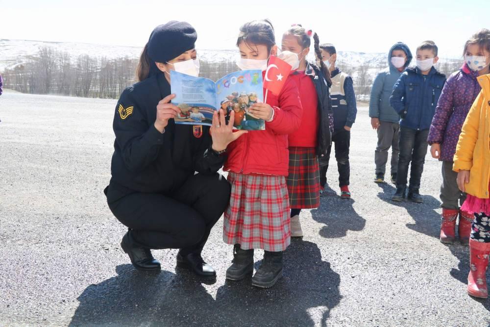Jandarma'dan Yozgatlı miniklere en özel hediye 2