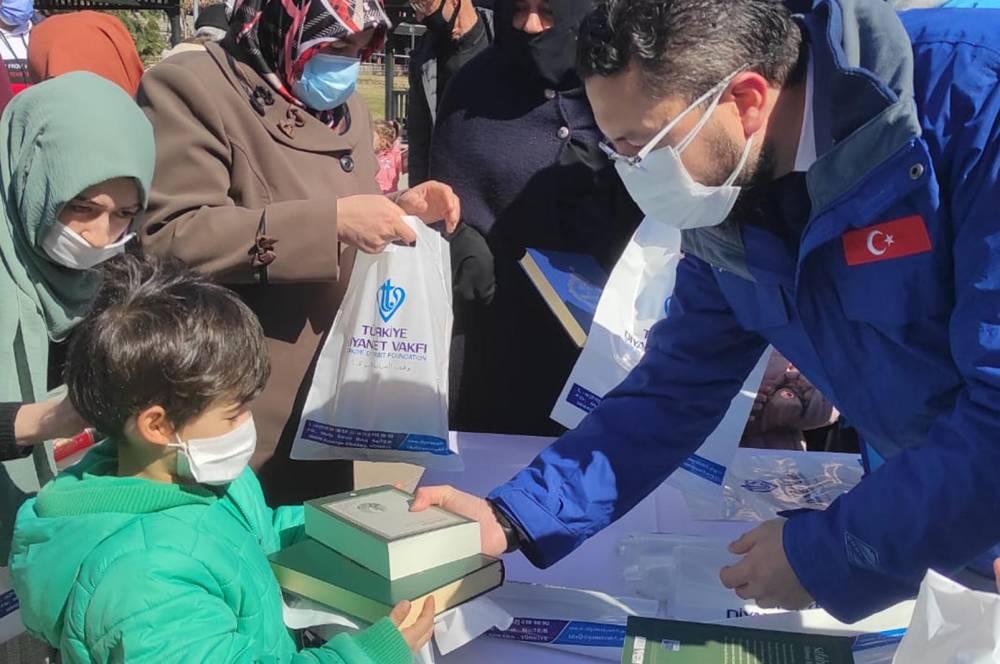 Türkiye Diyanet Vakfı Kur'an-ı Kerim ve Safahat dağıttı 2