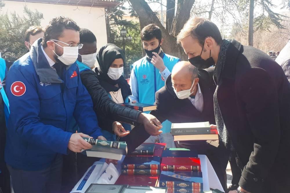 Türkiye Diyanet Vakfı Kur'an-ı Kerim ve Safahat dağıttı 4