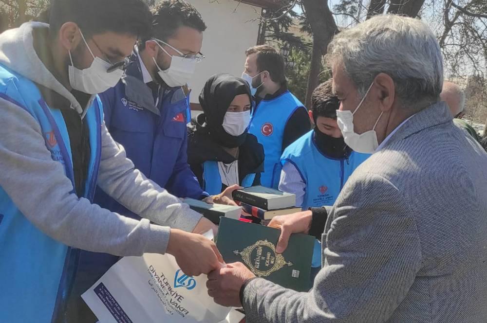 Türkiye Diyanet Vakfı Kur'an-ı Kerim ve Safahat dağıttı 5