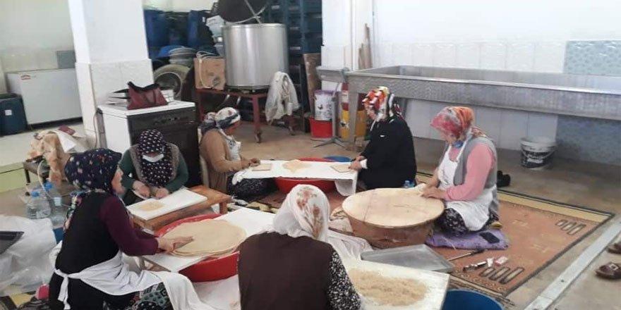 Ak Parti Yozgat Kadın Kolları Başkanı Ünal hem sohbet etti hem hamur kesti