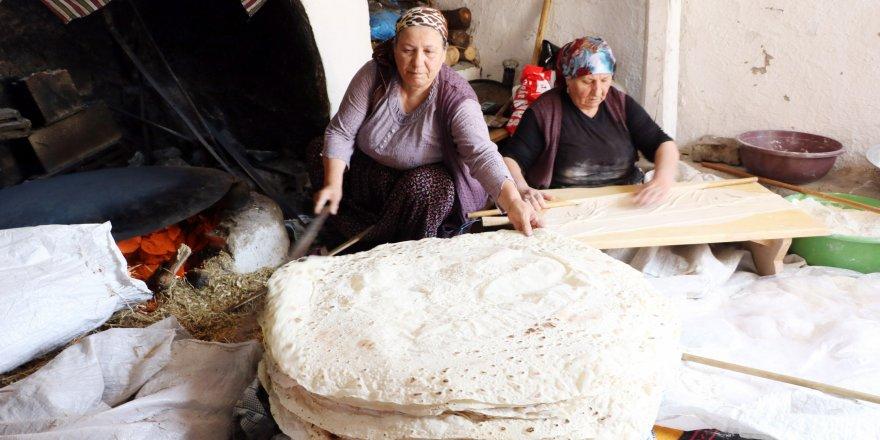 Yozgat'ta hanımlar imece usulü kışlık ekmek yapıyor