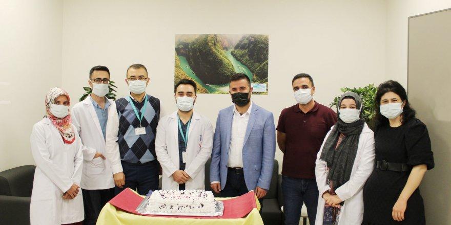 Yozgat Şehir Hastanesi'nde pasta keserek kutlama yaptılar