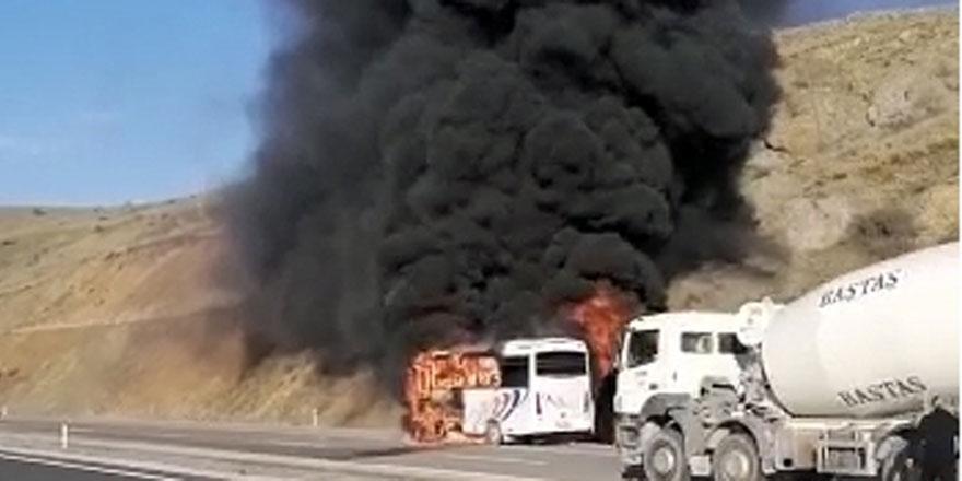 Yozgat'ta servis aracı seyir halinde alev alev yandı