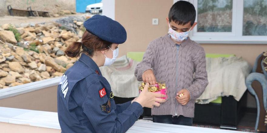 Jandarma çocukların bayramını kutladı