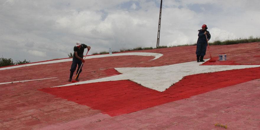 Bin 400 Metrekare büyüklündeki Türk Bayrağını boyuyor